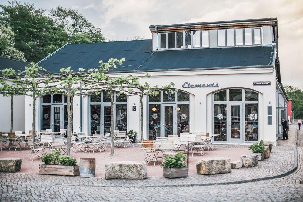 Terrasse für Hochzeitsfeier in Dresden bei Sonnenschein mit vintage Gartenstühlen